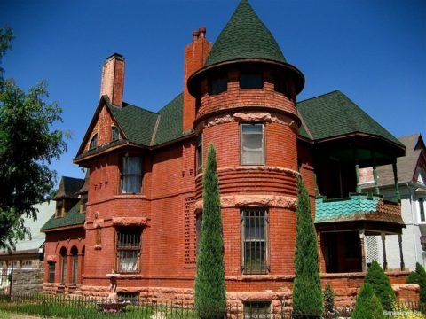 Здания из кирпича отличаются красотой и своеобразием