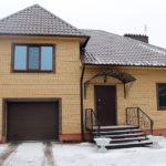 Интересный проект жилого здания из желтого кирпича