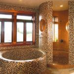 Оригинальная ванная из кирпича и мозаики