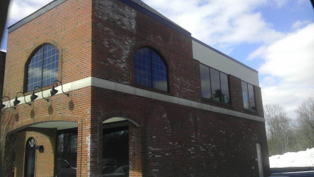 Даже самое красивое здание может быть испорчено высолами на кирпиче