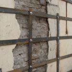 При ширине полостей более 2 см, для ремонта кладки применяются металлические анкеры или каркасы