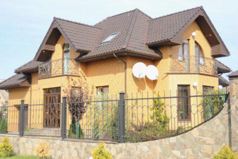 Дом из качественных материалов будет выглядеть красиво и эффектно