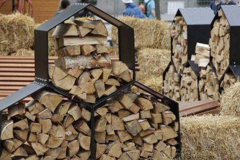 Оригинальная и стильная подставка для хранения дров