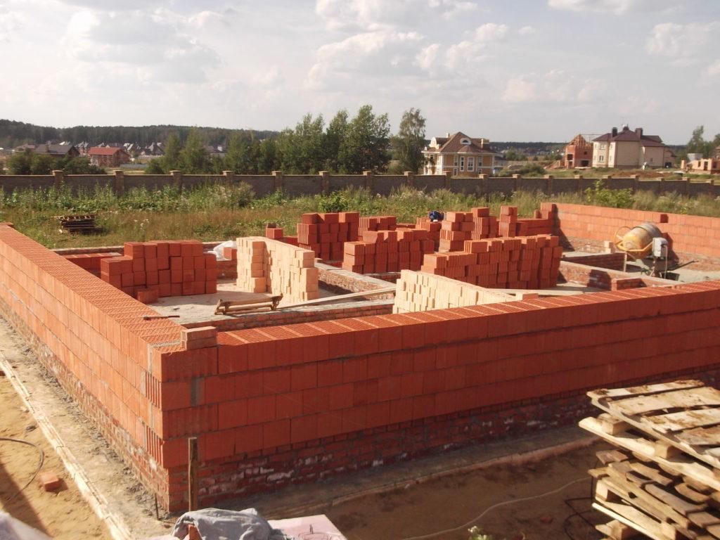 Стены из поризованных блоков не требуют устройства мощного фундамента