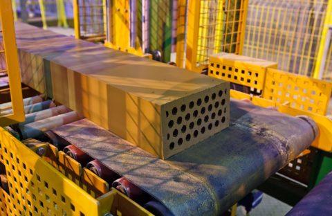 Отдельные кирпичи нарезаются из длинного сформированного с помощью пресса бруска