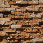 Разрушающаяся стена – не самое лучшее зрелище