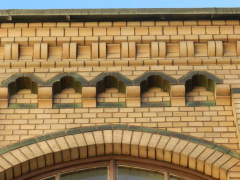 Украшения на фасаде из лекального кирпича
