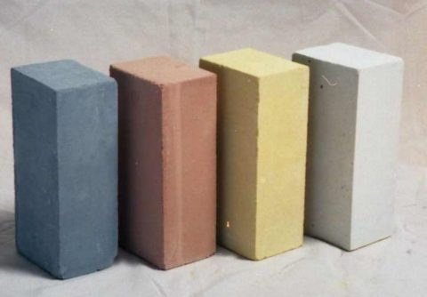 Окрашенный в массе кирпич Кирпич может быть полнотелым и пустотелым, имеющим пустоты разных размеров и форм. Полнотелый кирпич это изделие без пустот или оно может иметь пустотность, не превышающую 13%.