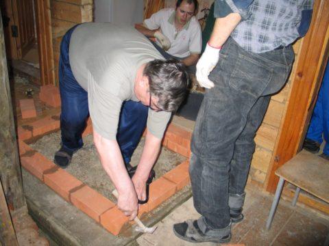 Кирпичи, выходящие за пределы плоскости, подбиваются молотком или киянкой