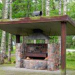 Конструкция из натурального камня под навесом – просто, функционально, красиво!