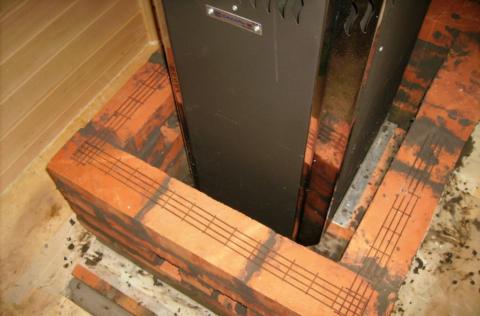 На фото показано армирование кладки металлической сеткой