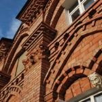 Архитектурная выразительность фасада достигается за счёт фигурной кладки