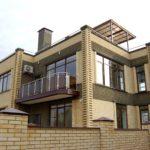 Фасады домов из кирпича могут декорироваться путём комбинирования разных видов кирпича