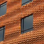 Фасады кирпичных домов: рельеф создан за счёт выдвижения торцов кирпича