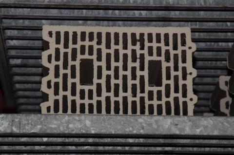 Кирпич нужной формы на выходе из экструдера