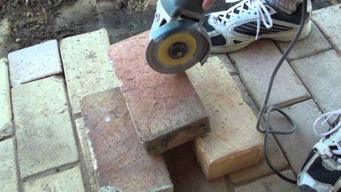Как правильно сложить печь из кирпича - огнеупорный кирпич лучше резать электроинструментом