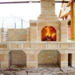 Классический камин из кирпича, совмещенный с печью, отлично подойдет для летней кухни