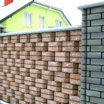 Кирпичный забор из фасонных изделий