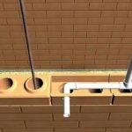 Вертикальная часть водопроводной трубы пройдет через сквозные отверстия в кирпичах