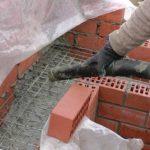 Колодцевая кладка из двух лицевых стенок, заполняемая теплоизоляционным бетоном