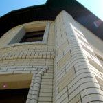 Пример использования фасонных кирпичей на фасаде