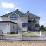 Дом, гараж и забор облицованы в одном стиле